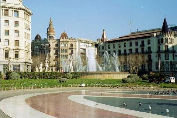 There are a 5-10 min walk to Placa Catalunya,Las Ramla & Gothico
