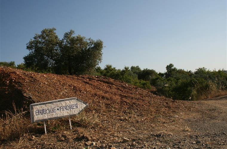 The arrow towards the villa