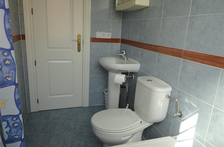 Holiday apartment for rent in fuengirola los pacos for Bathrooms fuengirola