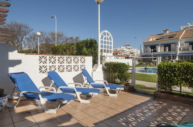 3 sunbeds and 2 sunchairs available
