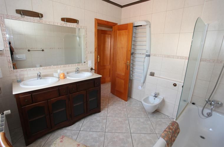 1. Bathroom upper Appartement. Entry by the first Bedroom.
