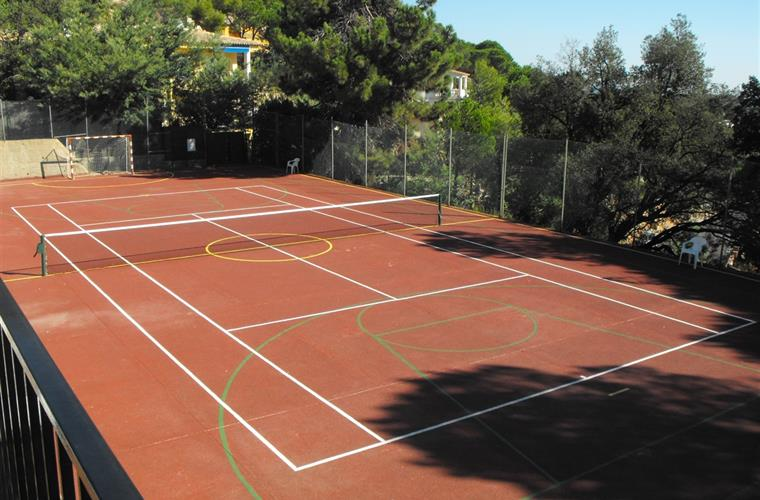 Communal tennis court at only 100 meters