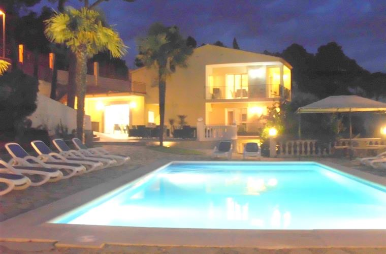 photo de soirée piscine villa