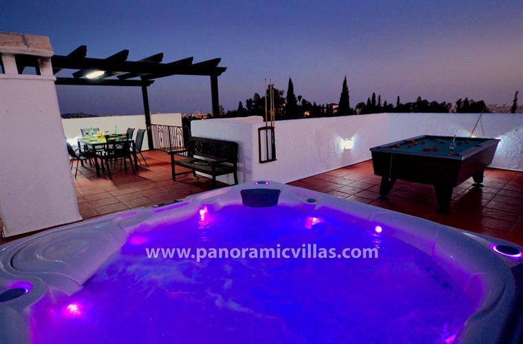 New Jan 16, fabulous rooftop illuminated American style hot tub