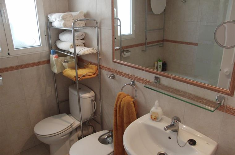 The bathroom on the floor with 3 bedroom (incl owners bedroom)