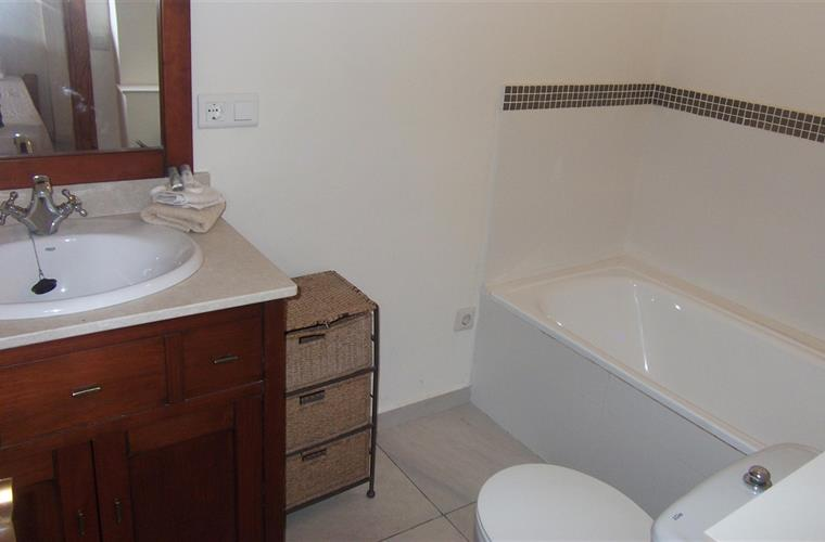 Ensuite bathroom Twin bedroom