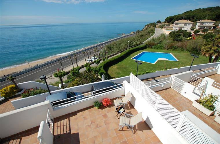 Views of the sea/beach and garden with large pool
