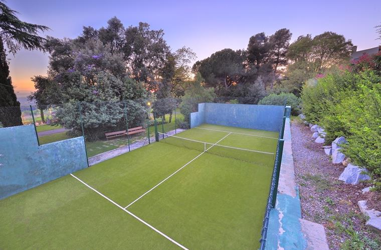 You have your very own fronton tennis court