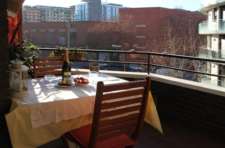 Holiday apartment for rent in barcelona city barcelona for Living room 10m2