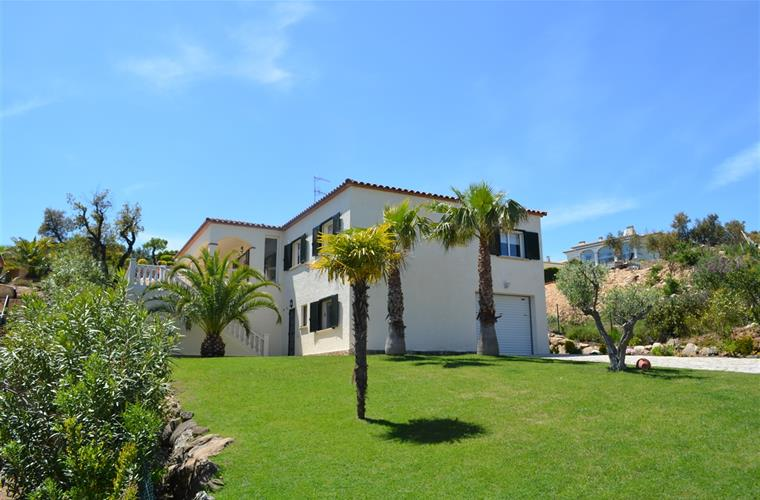 Villa for 8 people, 4 bedrooms, 3 bathrooms, heated pool, privacy.
