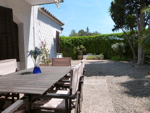 Private garden with dining table, bbq