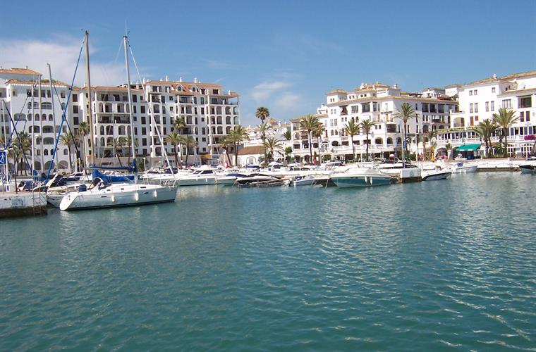 Duquesa Marina with many cafes and bars