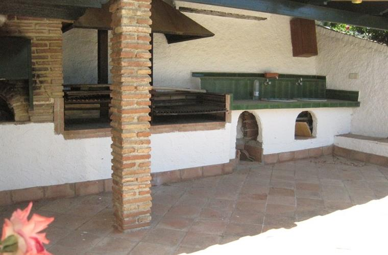Covered outdoor kitchen and BBQ