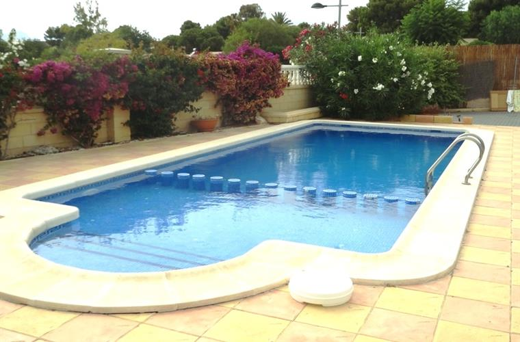Large pool 12x4 with shallow end for non swimmers
