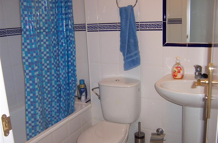 Holiday penthouse for rent in fuengirola torreblanca for Bathrooms fuengirola