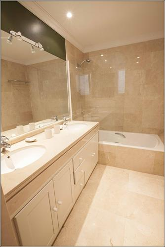 En-suite bathroom with batthtub