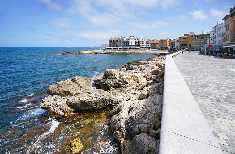 Walking paths by the sea in La Escala