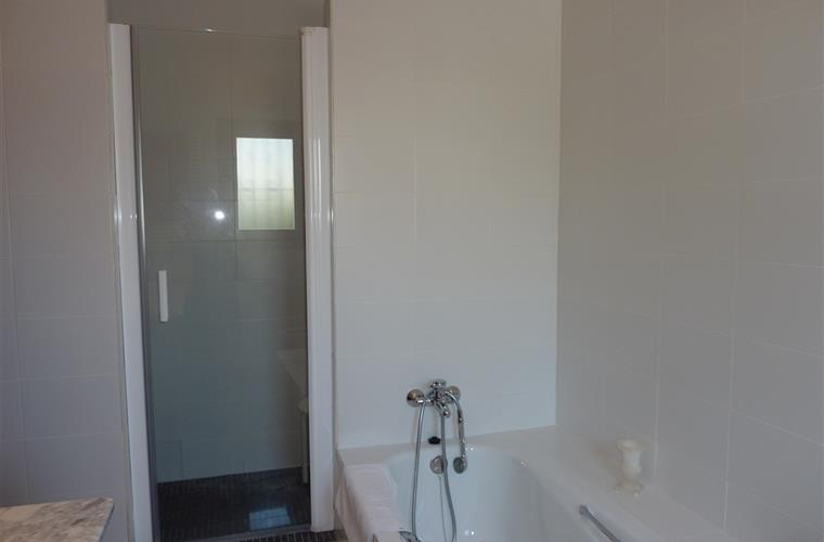 En-suite bathroom with seperate shower