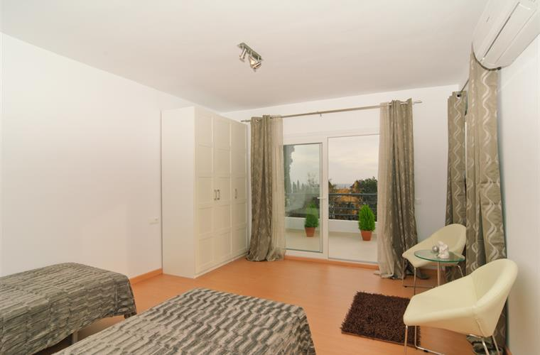 Guest bedroom with ensuite bathroom, lounge area+private terrace