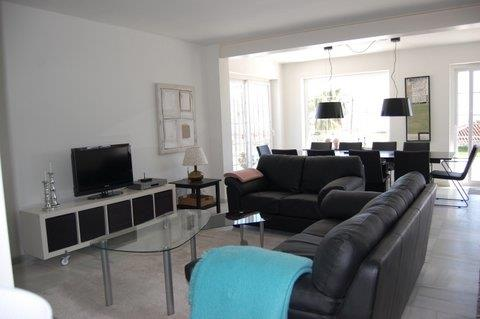 Lovely lounge with leather sofas - tv with international channels.