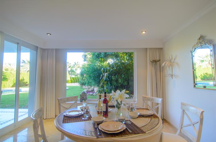 Luminous corner, dining table and beautiful views