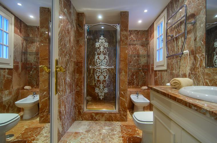 En suite bathroom with shower cabin, sink, bidet