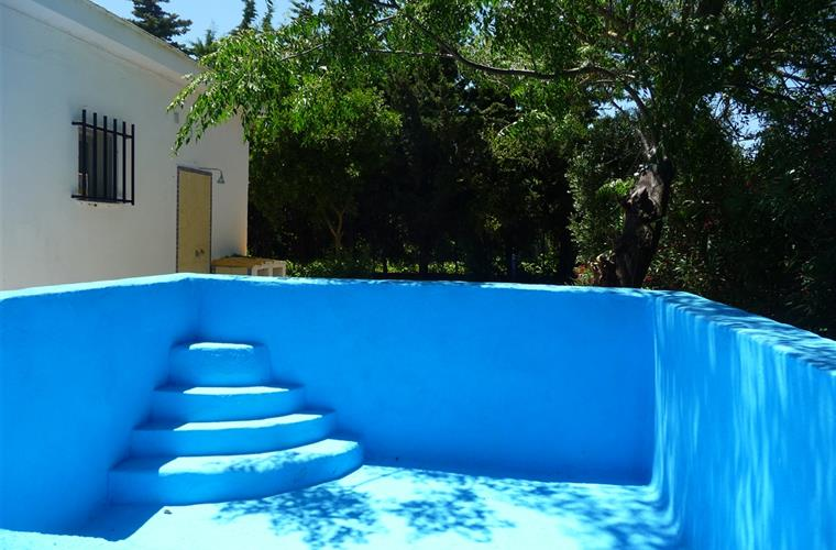 Pool to refresh the summer. Children friendly with rounded corners