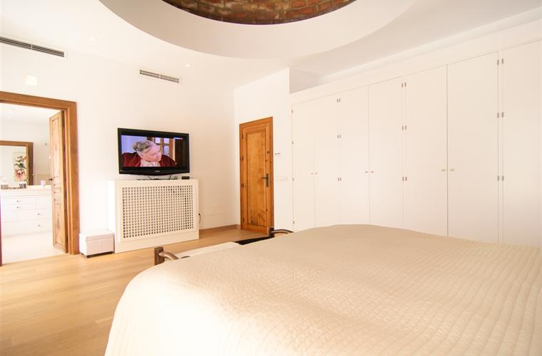 King size bed (180x190cm) in master bedroom