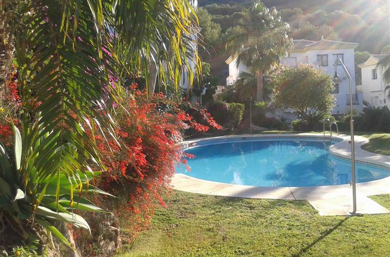 View of the pool. In the background, the sierra de Mijas