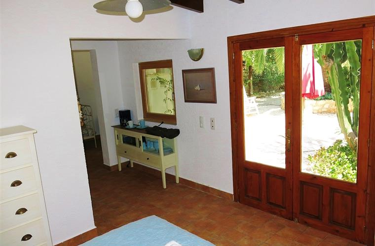 Casita main bedroom with king size bed with doors to back garden