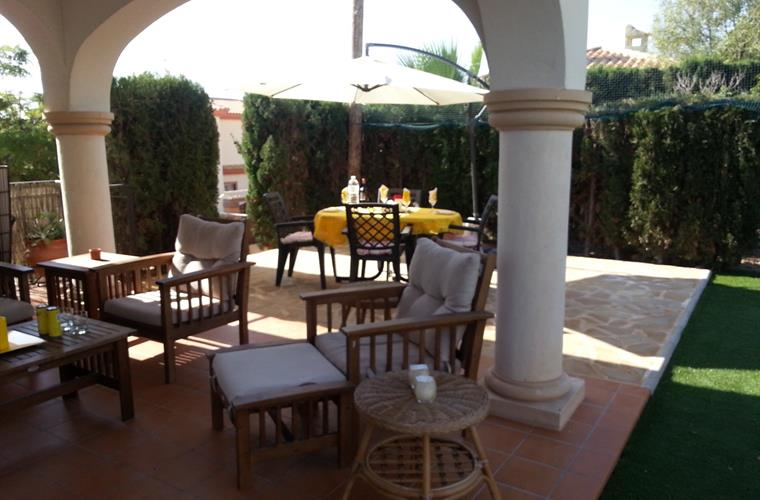 Patio & terrace with diningtable & parasol