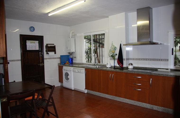 Fully-Furnished Kitchen 2/2