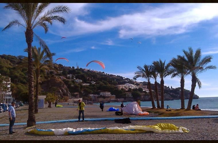Pargliders at La Herradura beach