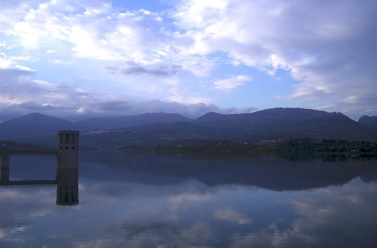 Local Lake La Vinuela