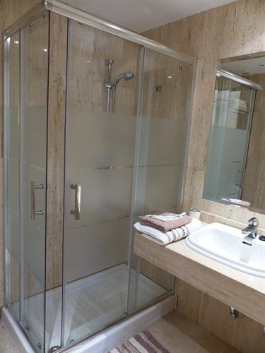 Large shower cubicle in the 2nd bathroom.
