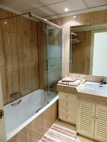 Fully fitted en-suite bathroom with power shower in bath