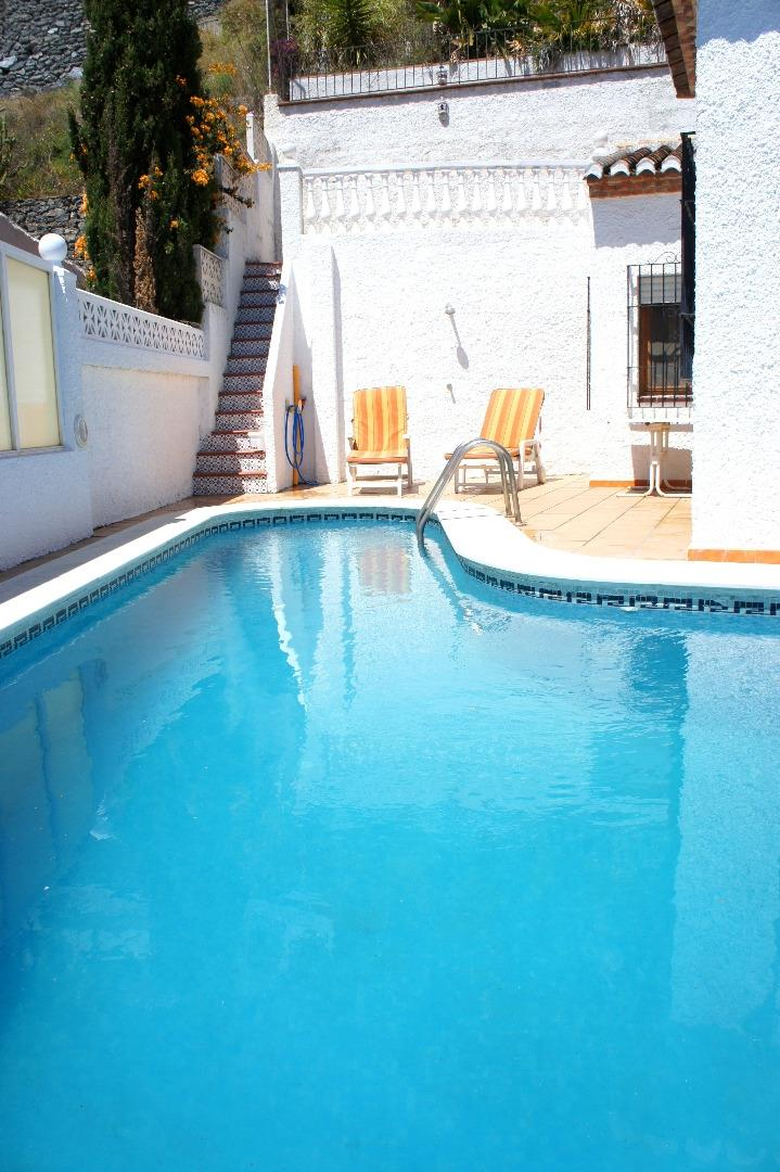 Holiday villa for rent in almunecar los pinos almunecar for Private swimming pool