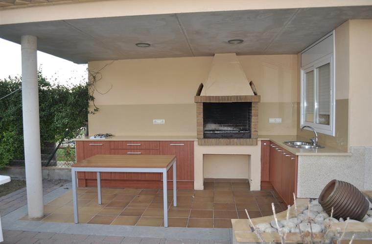 Covered BBQ area (fully equipped with fridge and appliances)