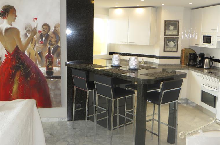 kitchen provides a GRANITE BAR and bar stools