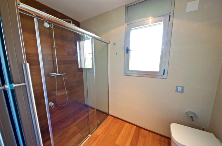 With separate ensuite shower and toilet