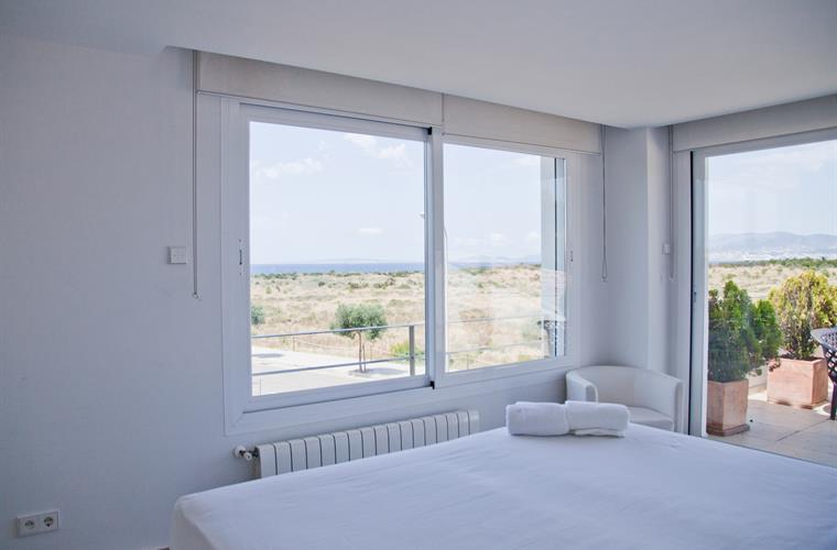Doble bedroom with king size bed and sea views