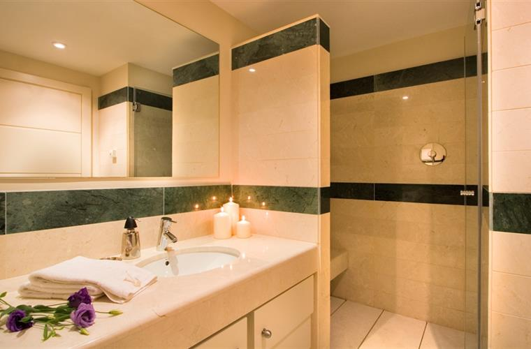 2nd ensuite, marble, fabulous power shower, underfloor heating.