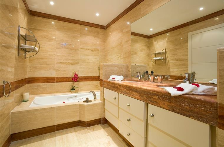 All Marble + underfloor heating + jacuzzi jet bath + power shower