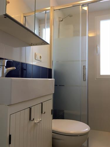 Small bathroom, close to the largest bedroom and kitchen.