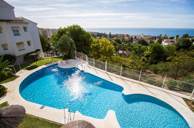 swimminpool with sea views