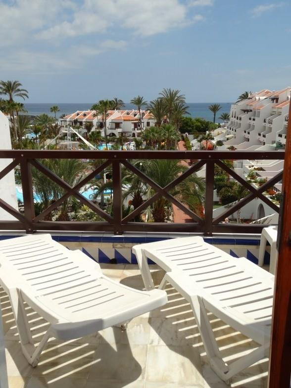 Holiday apartment for rent in playa de las am ricas for Balcony sunbathing