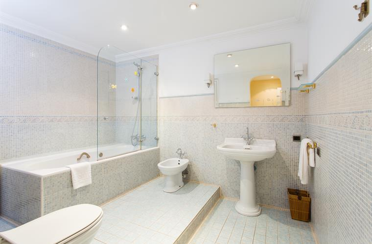 Spacious bathroom, linens and towels provided for all guests
