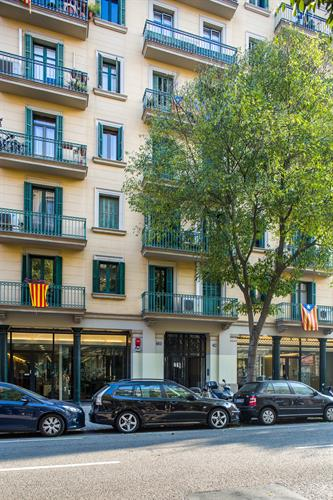 Just 10 min walking to Paseo de Gracia and 15 min to Pl. Catalunya