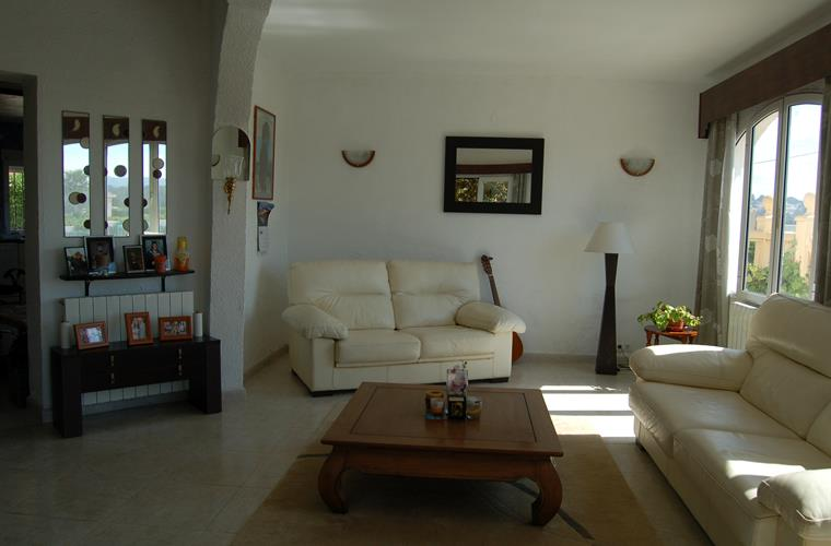 spacious living room with sat tv and a/c