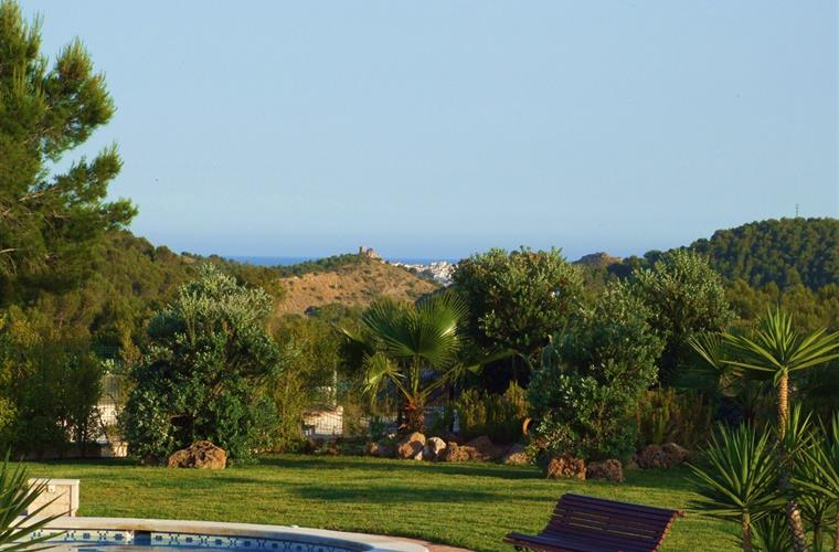 The gardens benefit from fabulous panoramic sea and mountain view.